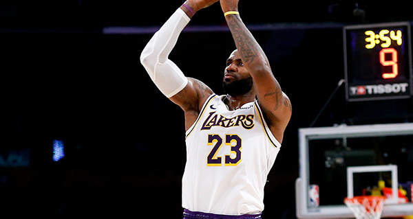 LeBron James moves into overall and West Conference All-Star voting lead